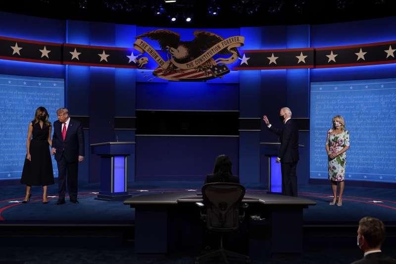 2020年10月22日美國大選最終場辯論會結束,總統川普和第一夫人梅蘭妮亞,以及民主黨候選人拜登與妻子吉兒。(AP)