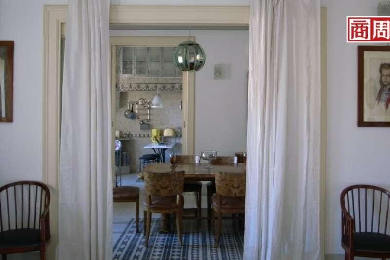 從客廳到飯廳,半通透的開放空間既有層次感又能維持隱私。(圖/商業周刊提供)