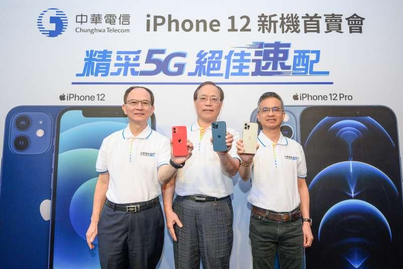 中華電信今(23)日於台北信義威秀服務中心舉辦iPhone 12新機首賣會,並宣布上午8點起於全台500餘間指定服務據點及中華電信網路門市正式開賣iPhone 12、iPhone 12 Pro。(中華電信提供)