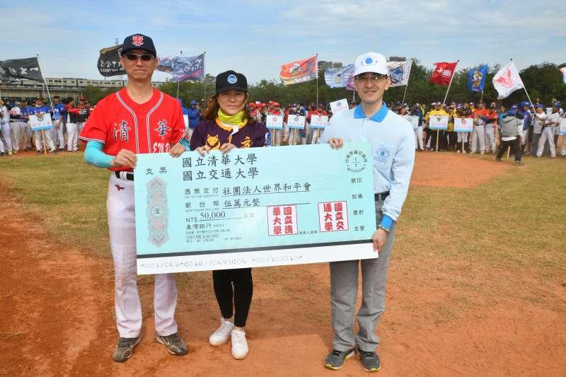 清華、交通兩校EMBA公益捐贈新台幣五萬元予世界和平會。(圖/清大、交大EMBA提供)