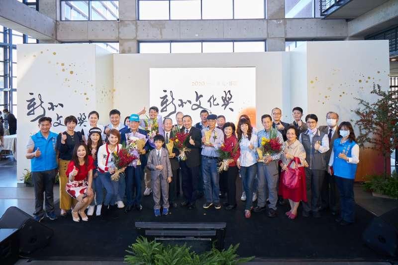 新北市長侯友宜與得獎者及出席活動貴賓合影。(圖/新北市文化局提供)