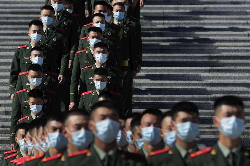 中國紀念韓戰70週年:人民大會堂前的武警。(AP)