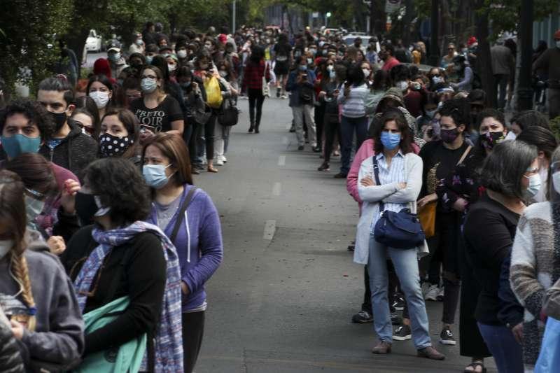 南美洲智利25日舉行歷史性制憲公投,民眾投票踴躍(美聯社)