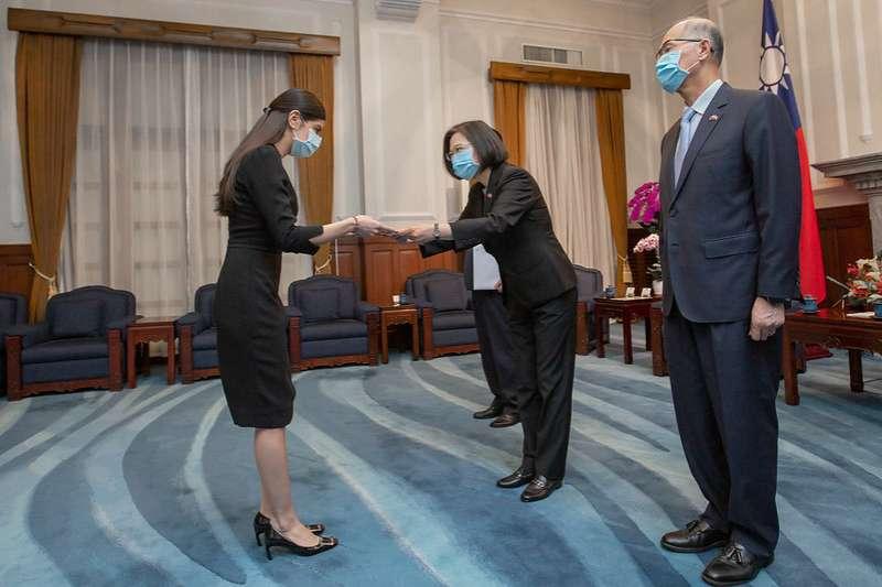 20201026-總統蔡英文今(26)日接受尼加拉瓜新任特命全權大使李蜜娜(Mirna Mariela Rivera Andino)呈遞到任國書,並盼兩國繼續在國際上相互扶持,在合作上互惠互助,促進雙贏發展。(總統府提供)