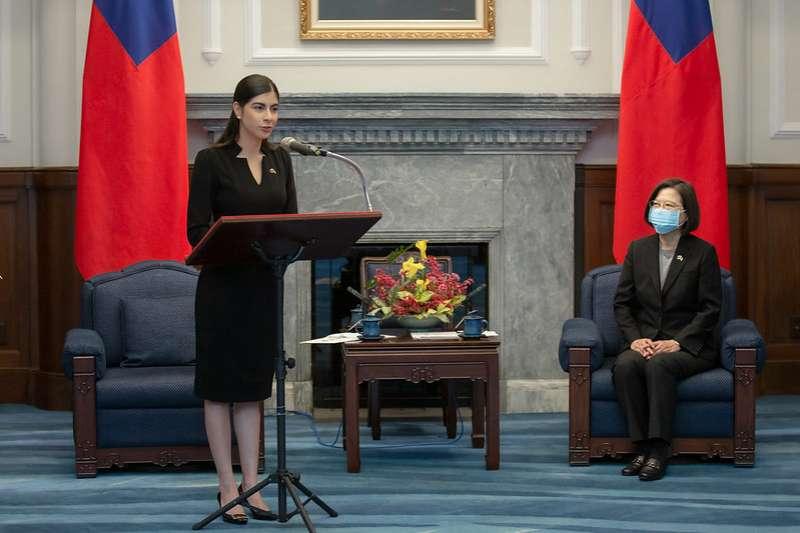20201026-李蜜娜(左)強調,作為外交部獎學金前受獎生,她正是尼國跟台灣兩國長期以來關係友好所孕育出來的成果,也是兩國重視文化、教育及外交的具體展現,除了備感光榮,同樣地責任也雙倍重大。(總統府提供)