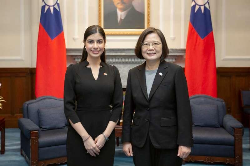 總統蔡英文(右)日接受尼加拉瓜新任特命全權大使李蜜娜(左)呈遞到任國書。(總統府提供)