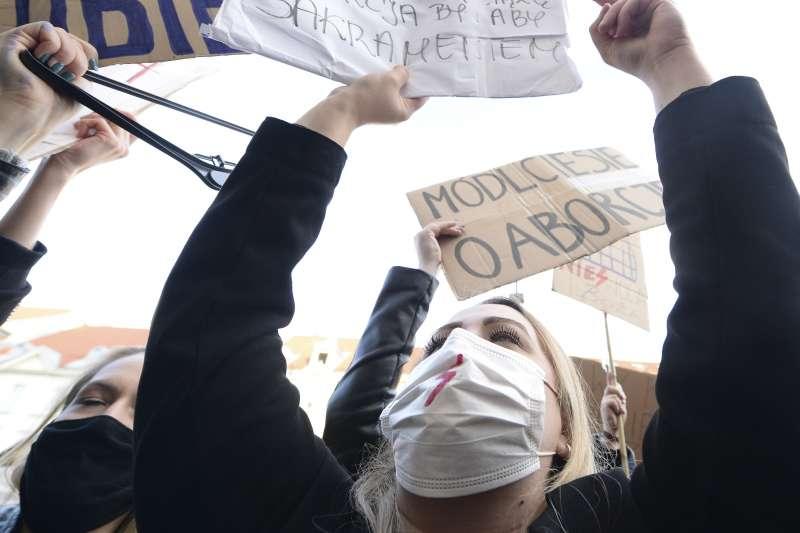 波蘭當局日前進一步限縮墮胎權,10月25日,一名支持墮胎權的波蘭婦女在教堂外抗議天主教會支持當局限縮墮胎權的做法(AP)