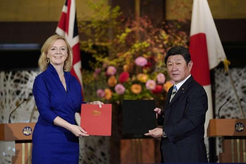 日本外務大臣茂木敏充及英國國際貿易大臣卓慧思,在東京正式簽署《英日全面經濟夥伴關係協定》,該協定明年元月生效(美聯社)
