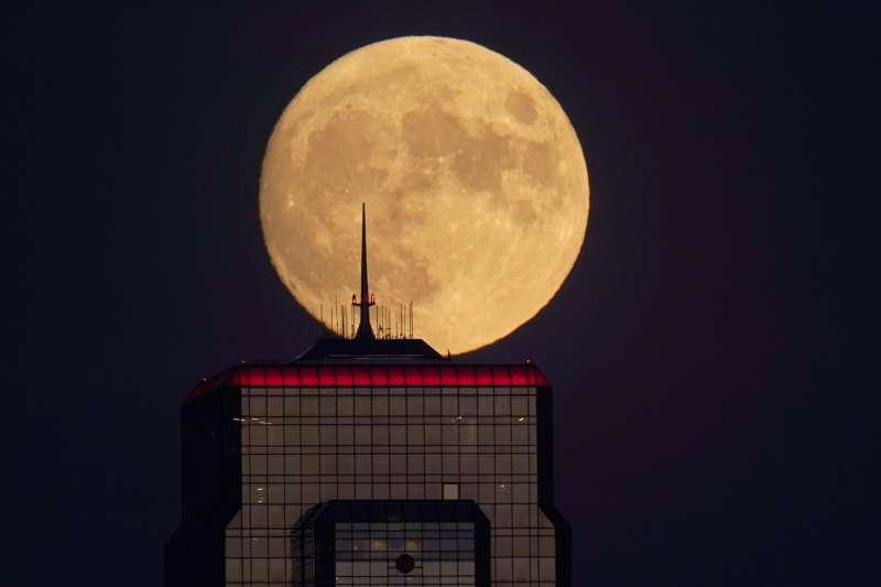 研究發現,月球的太陽照射區存在水分子。(美聯社)