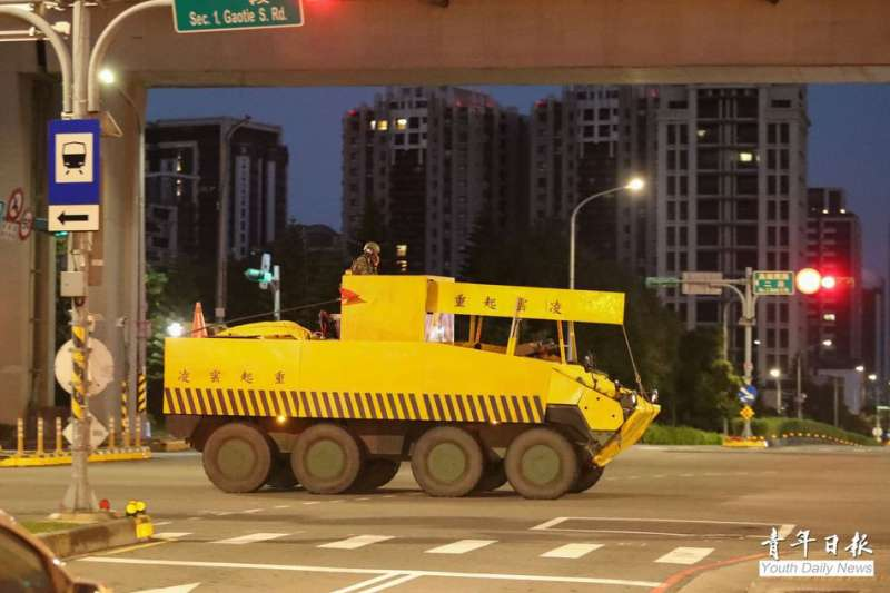 國軍第四季戰備周昨晚展開,陸軍裝甲584旅所屬雲豹甲車被拍到偽裝成民間工程起重機。(青年日報社)