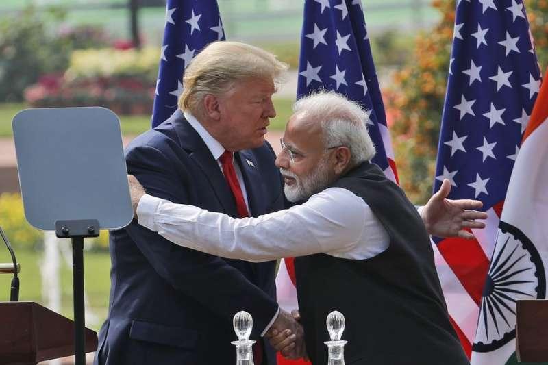 2020年2月,川普造訪印度,右為印度總理莫迪。(AP)