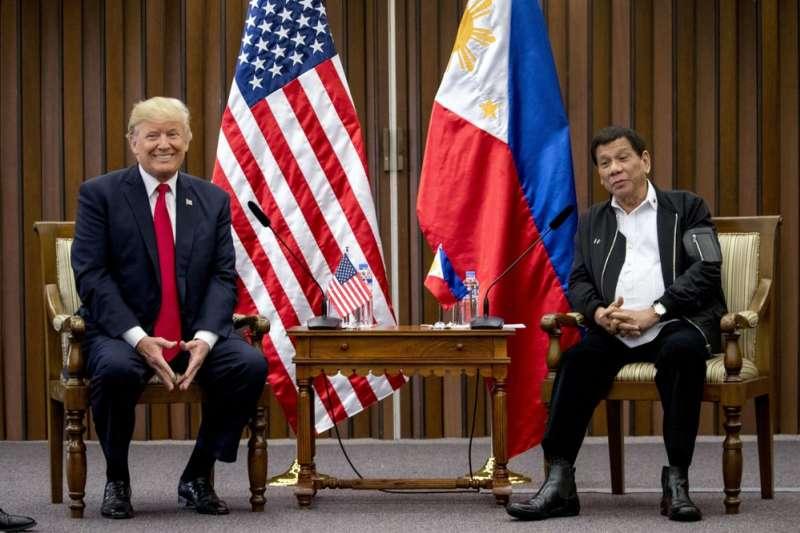 2017年11月,川普與菲律賓總統杜特蒂(右)在東些峰會見面。(AP)