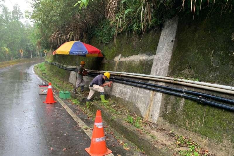 水利局補助烏來區公所約221萬元經費進行簡易自來水改善工程,將原有的PVC管線汰換成更為抗壓、耐震且韌性佳的HDPE管線,可有效降低管線損壞率。(圖/新北市水利局提供)
