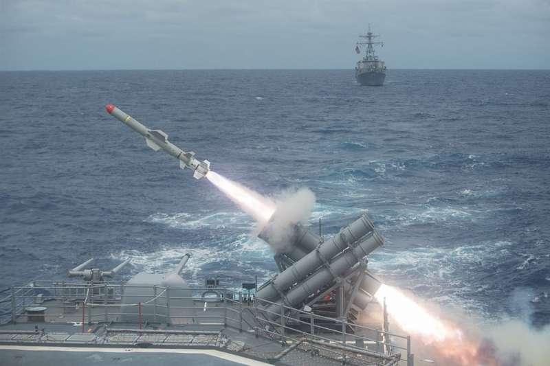 美國政府26日再度宣布對台軍售,將售台100枚魚叉反艦飛彈,總額約23.7億美元。圖為美國海軍演習發射魚叉反艦飛彈。(圖取自維基共享資源網頁,版權屬公有領域)