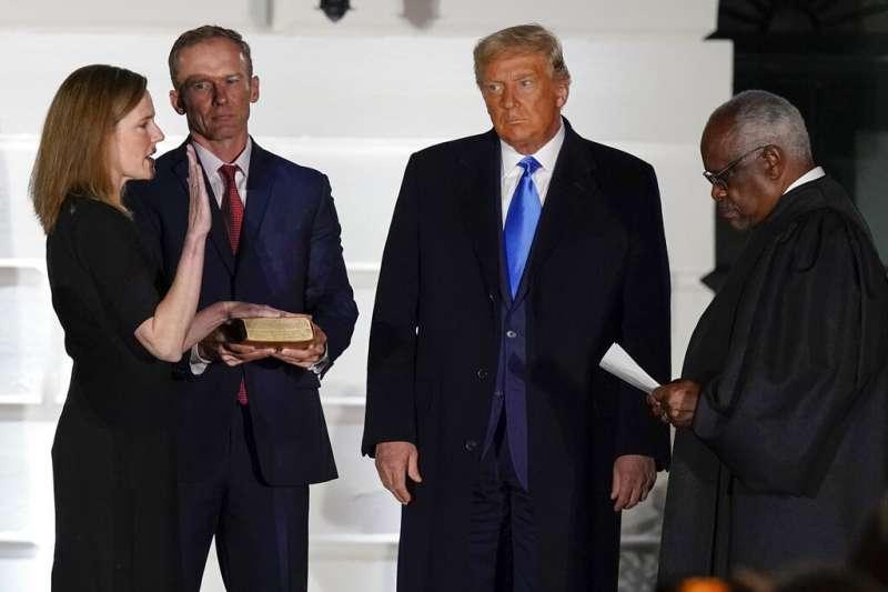 美國聯邦最高法院新任大法官巴雷特宣誓就職,宣誓儀式由非裔大法官湯瑪斯(Clarence Thomas)主持。(美聯社)