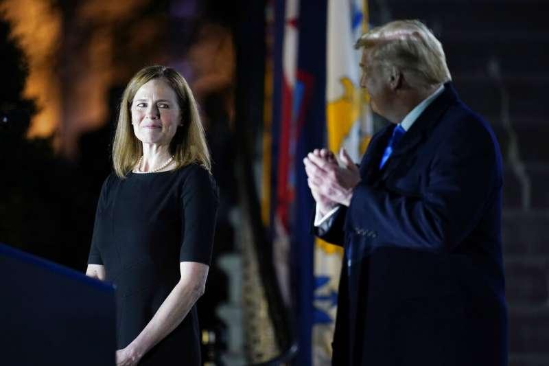 美國總統川普與聯邦最高法院新任大法官巴雷特。(美聯社)