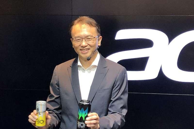 宏碁(圖為董事長陳俊聖)於今年6月推出旗下PredatorShot能量飲料後,近期又加碼推出全新「VitaBeauty HA」與「VitaBeauty Lutein 葉黃素飲」兩款新飲品。(林哲良攝)