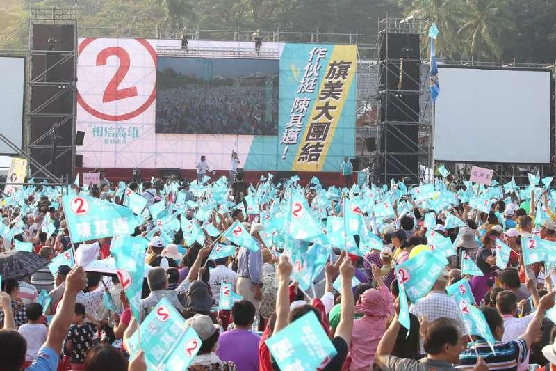 中天報導陳其邁造勢場的「麥走」爭議,至今仍在纏訟。(柯承惠攝)