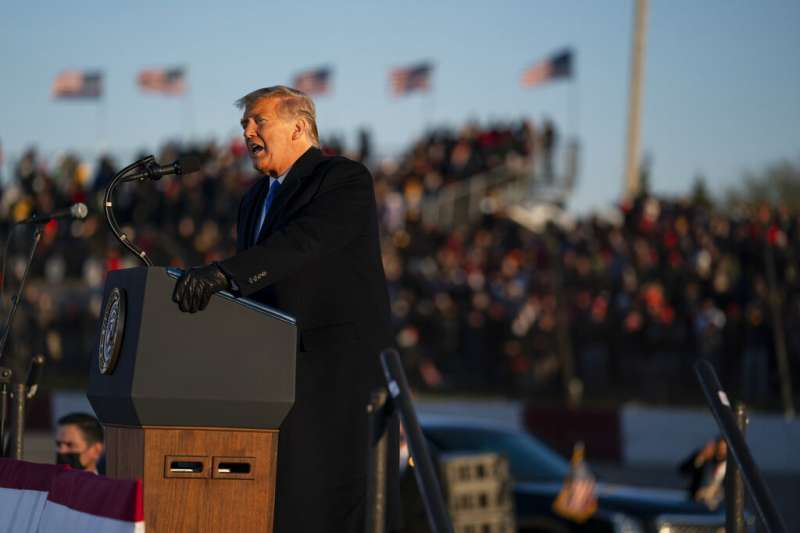 美國總統川普10月27日在搖擺州威斯康辛造勢。(美聯社)