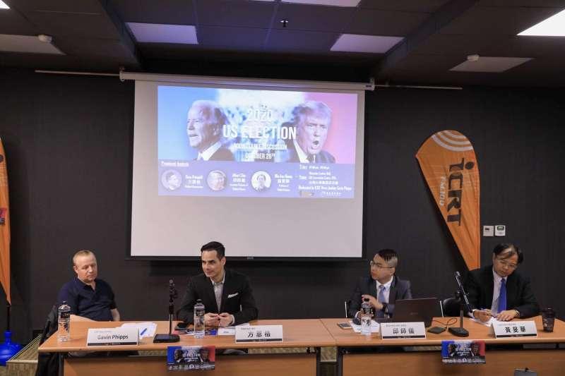 2020年10月28日,台北國際社區廣播電台(ICRT)和亞太青年協會(APYA)舉辦美國大選圓桌討論會,由左而右為菲普斯(Gavin Phipps)、方恩格、邱師儀和黃旻華(亞太青年協會提供)