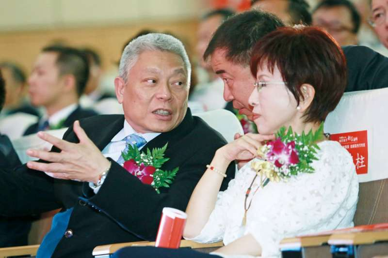 2015年國民黨黨內總統初選,當時洪秀柱(右)勇敢承擔,又喊出「一中同表」,令蔡衍明(左)相當欣賞。(柯承惠攝)