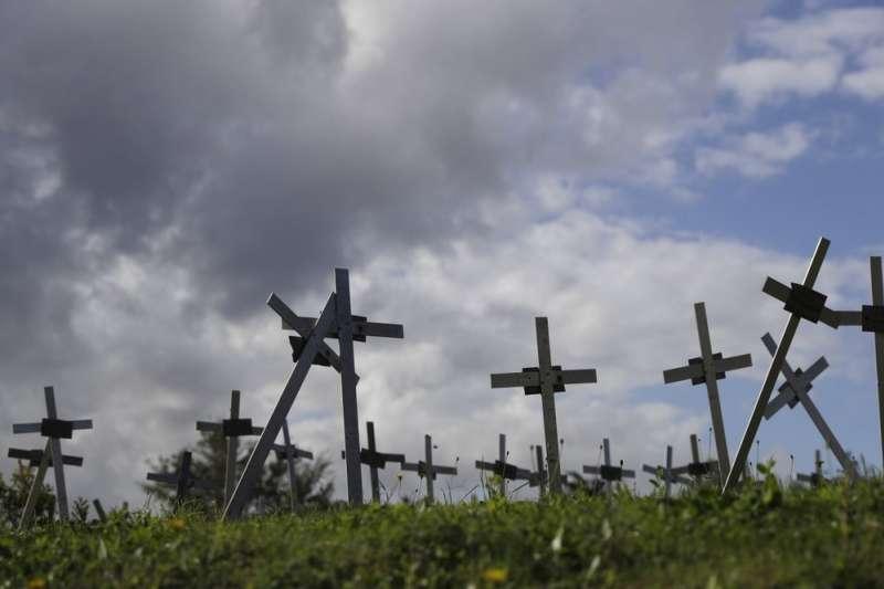義大利數百名女性10月初以來,陸續在羅馬郊區公墓「天使花園」裡,發現自己名字被張貼在不明十字架上。(AP)
