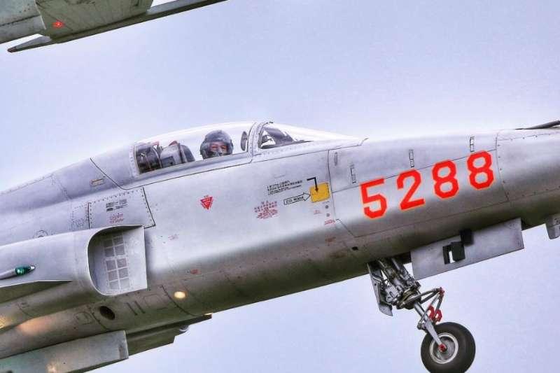 空軍朱冠甍上尉今(29)日早不幸罹難殉職,曾分享「5288」戰機,呼籲愛要及時。(取自朱冠甍IG)