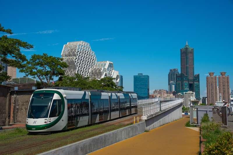 超過六成高雄市民眾支持讓輕軌成圓,提升大眾運輸效能。(圖/高雄市捷運局提供)
