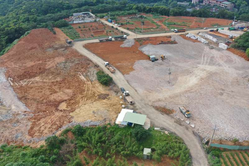 非法業者回填廢棄物產源多為大台北地區拆除、裝潢工程產生的營建廢棄物。(圖/新北市環保局提供)
