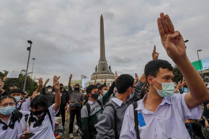 泰國年輕族群從7月中旬起發動一系列反政府的集會遊行。10月21日,泰國學生聚集在曼谷勝利紀念碑參加反政府的示威抗議(美聯社)