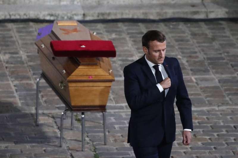 2020年10月16日,法國中學歷史教師帕蒂(Samuel Paty)遭恐怖分子殺害並斬首,法國社會震動哀悼,馬克宏總統參加他的葬禮(AP)