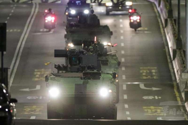 20201029-憲兵裝步239營雲豹甲車車隊夜間機動。(取自軍聞社)
