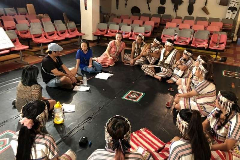 新北市原民局羅美菁局長與酋長文化歌舞劇團團員進行意見交流。(圖/新北市原民局提供)