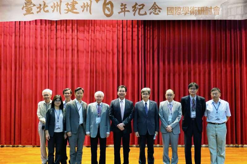 新北副秘書長劉和然與國立臺北大學李承嘉校長及出席研討會貴賓合影。(圖/新北市立圖書館提供)