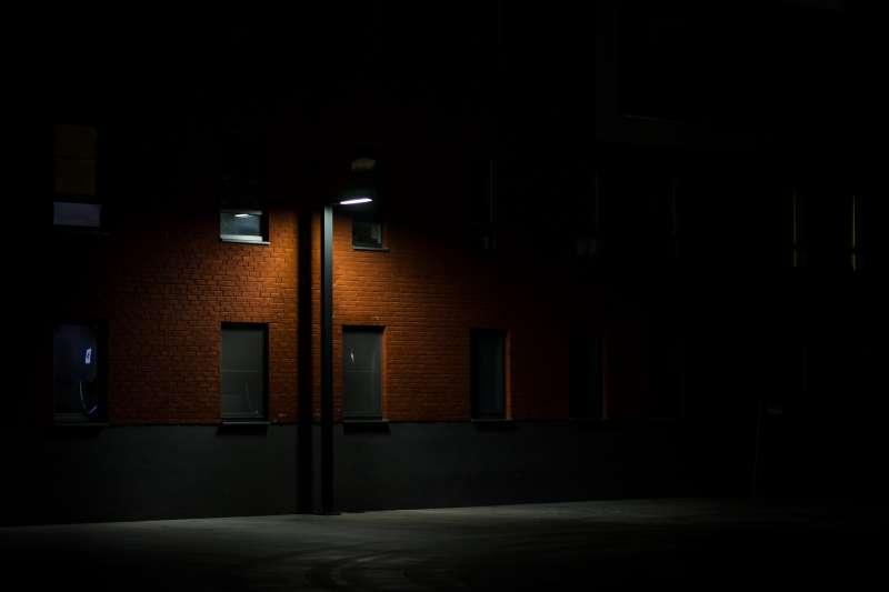 長榮大學校友指出,校園學生常用路線光線不足,可能成為隱憂。示意圖。(資料照,取自StockSnap@pixabay)