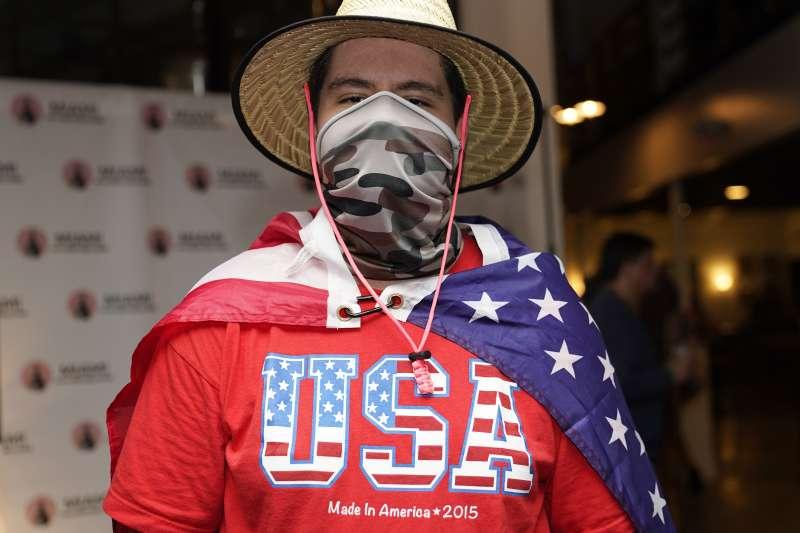 9月29日,支持川普的美國拉美裔選民科蘭特斯在佛羅里達州邁阿密觀看總統大選辯論(美聯社)