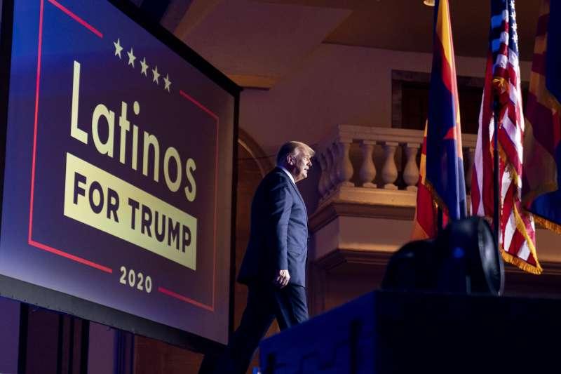 9月14日,川普參加亞利桑那州鳳凰城拉美裔挺川普團體舉辦的圓桌會議(美聯社)