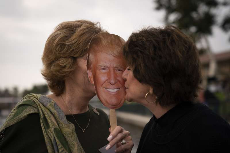 2020美國大選。川普意圖爭取城郊白人女性的支持。(AP)