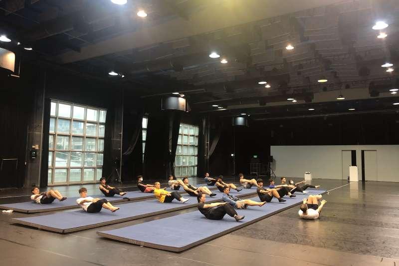 北藝中心的「馬戲棚計畫」提供臺北試演場讓演員們練習舞台技巧。(圖/北藝中心提供)