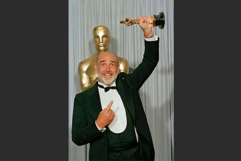 1988年4月11日,史恩康納萊憑藉《鐵面無私》(The Untouchables)斬獲奧斯卡最佳男配角獎。(美聯社)