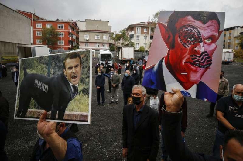 土耳其伊斯坦堡的抗議者高舉醜化法國總統馬克宏的照片,對近來的穆罕默德諷刺漫畫爭議表達強烈不滿。 (美聯社)