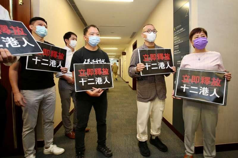 香港泛民主派立法會議員胡志偉(前左2)、黃碧雲(右1)等人1日清晨被港警拘捕。(圖取自facebook.com/chiwaioffice)