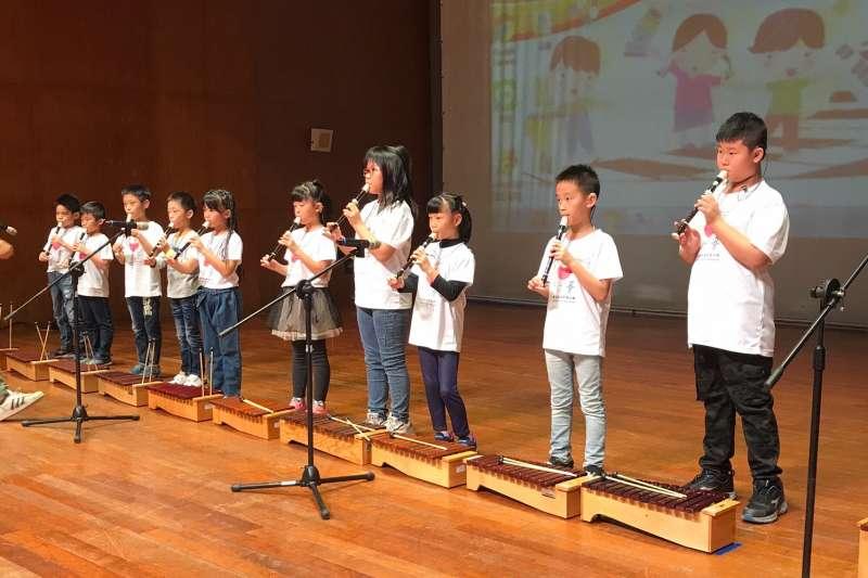 聽損兒童無畏聽損的限制,於舞台上展現於音樂上努力的學習成果。(圖/中華民國兒童慈善協會提供)