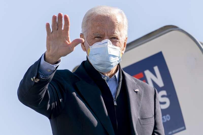 2020美國大選:民主黨總統候選人佩戴口罩出席競選活動。(AP)