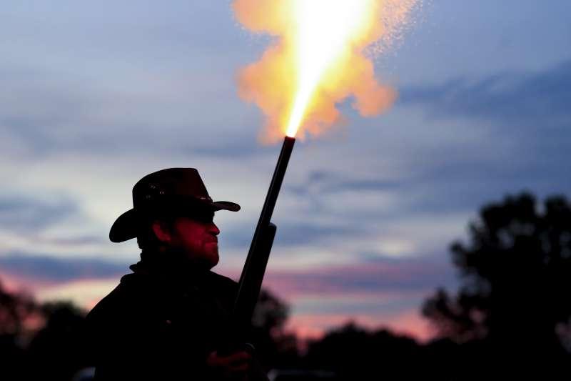 美國社會動盪,槍枝銷售量創下歷史新高。國際衝突組織警告,選後發生暴力衝突的風險之高前所未見。(AP)