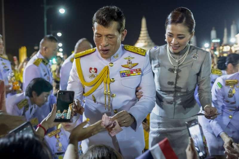 泰王瓦吉拉隆功(左)11月1日首度對泰國反政府示威發表評論,右為泰國王后蘇蒂達。(AP)