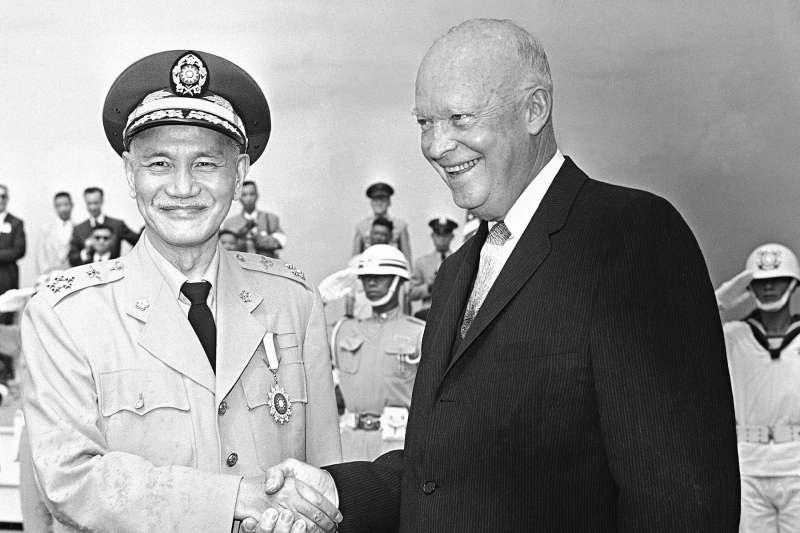 蔣介石(左)熱烈招待艾森豪(右),艾氏是唯一任內來台的美國總統。(美聯社)