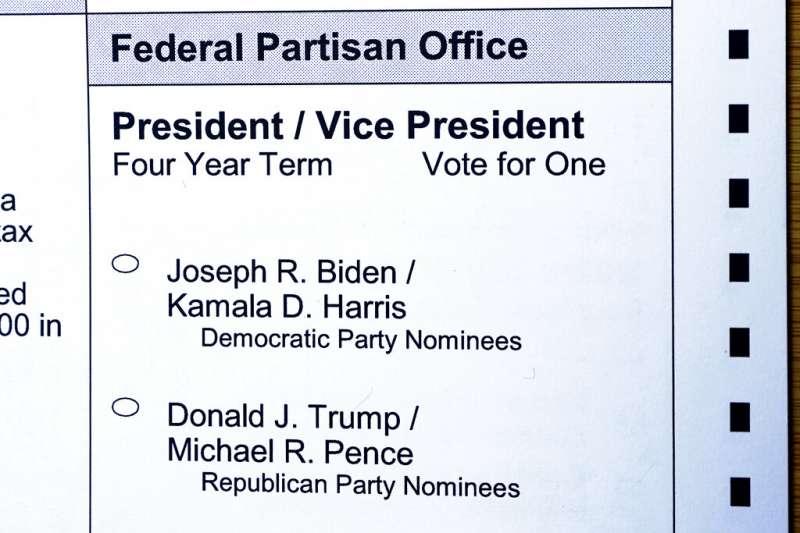 華盛頓州的郵寄選票,上頭印著拜登與川普兩組候選人。(美聯社)