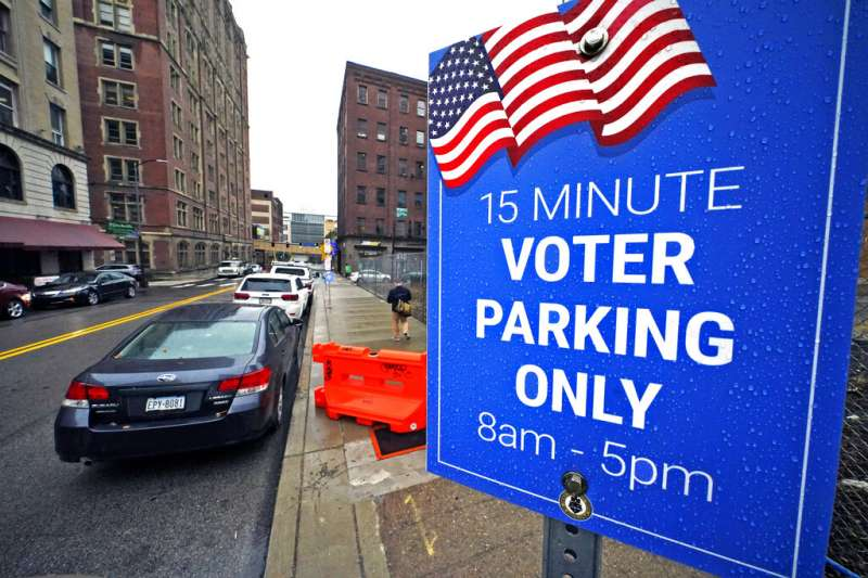 賓州匹茲堡市中心的選務辦公室外,提供前來親送選票的民眾15分鐘的臨時停車。(美聯社)