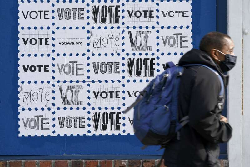 華盛頓州西雅圖市中心的一面文宣牆,呼籲市民記得投票。(美聯社)